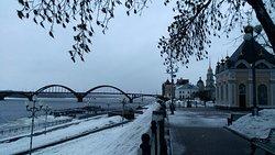 Волжская набережная города Рыбинск в марте