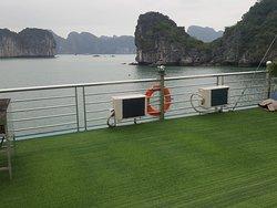 Cruise around Ha Long Bay