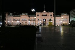 the Casa Rosada at night