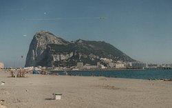 Algeciras: la rocca di Gibilterra vista dalla spiaggia dell'hotel
