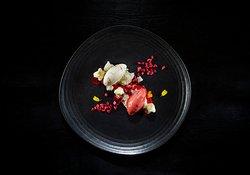 Helado de coliflor veteado con dulce de leche, ganache flexible de chocolate blanco y sorbete de fresa avinagrado.