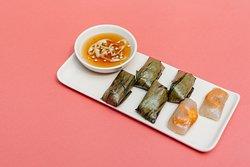 Bánh bột lọc nhân tôm Shrimp tapioca dumplings wrapped in banana leaves 海老のタピオカ餅 バナナの葉包み蒸し