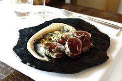 Tataki de atún rojo del mediterráneo con hummus