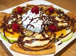 """La """"Crepodise"""" 🏖 Double crêpe 🥞🥞 double chocolat noir 🍫 🍫, des fruits frais de saison 🍓🥝 des amandes et de la chantilly !"""
