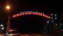 Por esta avenida se ingresa a la playa y al hotel Boardwalk magnifica playa y lugares de diversión, comidas y atracciones