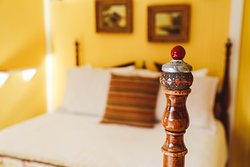 The Nest: Comfy four poster Queen bed