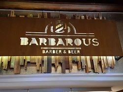 Original unión de Barbería y Cervecería.-
