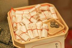 平山温泉上田屋では、おみくじ「温みくじ」の販売を行っております。「温みくじ」は、お湯につけると大吉や小吉などが浮かび出てくる、一味違ったおもしろいおみくじになっています。