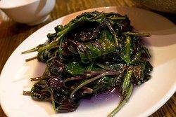 血皮菜 gynura bicolor, a leafy green with purple underside
