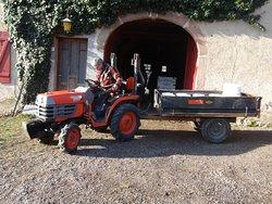 Thierry, le maître des lieux, au départ de la Ferme des bouleaux blancs : la cargaison de seaux prêts à collecter le précieux élixir.