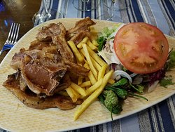 Côtelettes d'agneau, avec frites, salade et piments doux