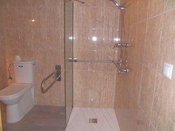 Baño para personas con discapacidad de movimiento.