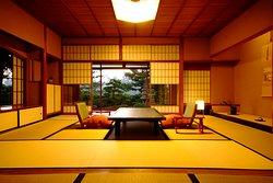 """【 10帖+4帖 】 image_02  龍 燈 _ Suite room surrounding by Japanese nature  """"日本三景をひとり占め"""" 真正面につづく天の橋立の松並木と穏やかな阿蘇海を一望できます。 水と緑に囲まれ、日常から解き放たれる至福のときを・・・。"""