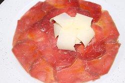 Carpacho de buey con queso parmesano