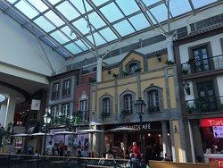 O Shopping Via Catarina fica situado na Rua de mesmo nome e é um local agradável de conhecer e frequentar.