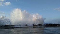 That wave is about 25 meters high! Esa ola tiene por lo menos 25 metros de alto!