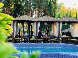 Открытый лаундж-бар у бассейна