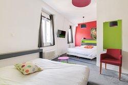 Chambre familiale pouvant accueillir jusqu'à 4 personnes avec un lit double ainsi qu'un lit futon