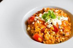 Risotto Tre-lementi Rico guiso de tomate fresco, seco y cherry en cremoso arroz arbóreo.