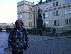 Вход на Карлов мост в Праге. Была в марте. Температура плюсовая, но очень сильный ветер.