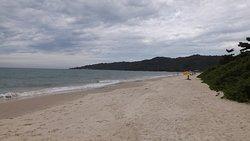 Alguns procuram a praia para relaxar e meditar, como o casal ao fundo.