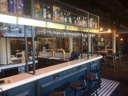 Bar. Bisschen wie ein englischer Pub, aber mit bayerischer Gemütlichkeit. Tolles Design!