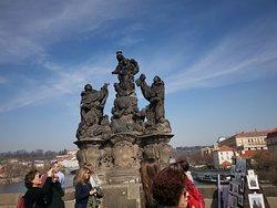 הפסלים בגשר
