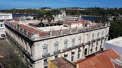 Notre guide nous a emmené sur la terrasse de l'Hotel Ambos Mundos pour nous permettre de survoler le Palacio de los Capitanes Generales, de la Vieille-Havane.