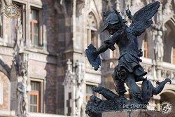 Ein Heldenputti an der Mariensäule. Wisst ihr was das für ein Löwe ist, gegen den er kämpft? Mehr dazu erfahrt ihr auf unsere Stadttour: Mystisches München - Sagen und Legenden der Altstadt