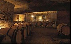 Le vin se repose, à l'abri dans les carrières.