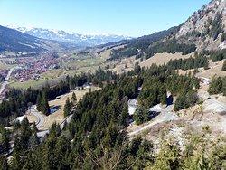 Blick von der Kanzelhütte über Bad Hindelang auf die Alpenkette
