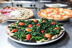 le nostre famose pizze cotte nel forno a legna