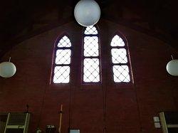 祭壇上の縦長窓