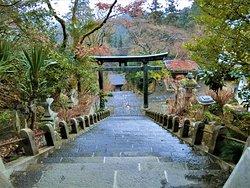 拝殿前から瑞神門を望む
