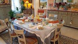 Petit déjeuner servi par Jean Claude et Michèle dans leur salle à manger.