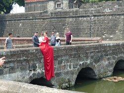 Hochzeitsgesellschaft - Fotoshooting v. dem Fort