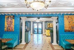 Залы оформлены известными картинами австрийского художника, Густава Климта, основоположника стиля   Модерн.