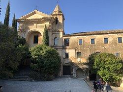 Vista globale dell'ingresso al Convento, sulla sx la scala porta alla Chiesa