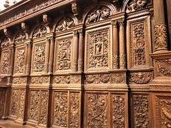 Dettagli degli stalli del coro, fantastica opera di intaglio, interamente eseguita a mano da maestranze napoletane nel Cinquecento.