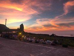 坐在美麗的夕陽雲彩 底下吃飯聊天實在太棒了!!