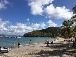 Praia com bastante sombra de coqueiros e arvores