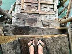 Ursprünglich als Treffpunkt für die Fischer geplant, lockt die Pelikan Bar in Treasure Beach viele Touristen aus aller Welt an. Ihre Namen kann man überall sehen, eingeritzt auf jedem Balken, jeder Planke.