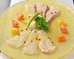 You can eat delicious food even at midnight. Carpaccio of freshly picked fresh fish
