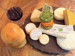 Fromages de vache locaux et bio de la Ferme des Colombes à Marlhes (42) Pain de la boulangerie Texier à Marlhes (42) Vin rouge Syrah du Domaine Verrier à Malleval (42)