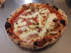 Pizza carciofini e prosciutto ........ la qualità si sente!!