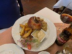 Прекрасный ресторан со вкусной кухней и очень замечательным официантом Пётром!