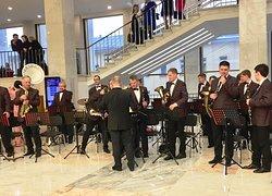 Холл Дворца нас встретил вальсом, играл Вязниковский муниципальный духовой оркестр. Очень хорошо играл!