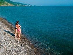 """Закрытый пляж военного санатория для гостей спа-отеля """"Роз Мари"""". На пляж гостей отвозит регулярный бесплатный трансфер в сезон из отеля  и обратно. Дорога занимает около 7 минут."""