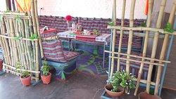 Salon sur la terrasse de 10 places avec prises pour mobiles et ventilateur et vue sur les Temples. Shiva Temple et Temple Kandariya.