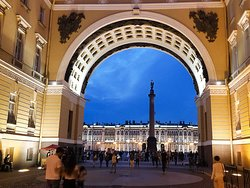 Night walking tour. The General Staff building Arch.